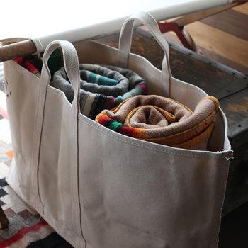 キャンプツールや着替えなどをどんどん入れて気楽に使える、丈夫なトートバッグ。アメリカのインダストリアル(工業用)バスケットメーカー「STEELE CANVAS BASKET CORP」の製品です。サイズバリエーションがあるので、送る相手のライフスタイルに合わせて選ぶのも◎。