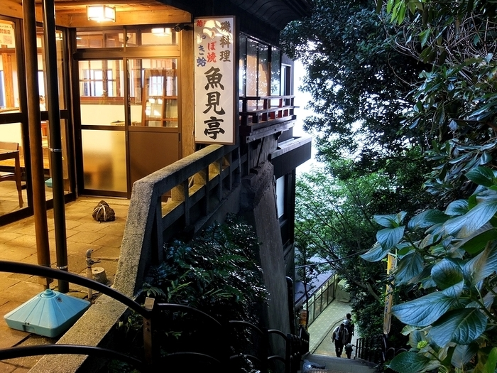 江の島の裏側に位置する「魚見亭」は、江の島を訪れたら、わざわざ行きたい絶景の定食屋さんなんです。