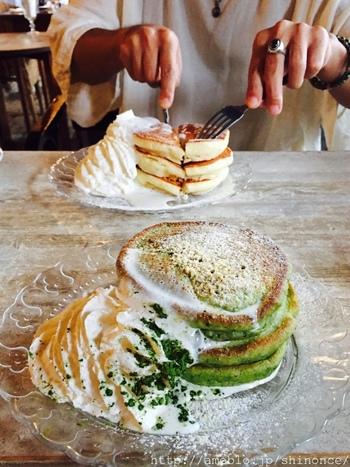 カフェ「坂ノ下」で頂きたいもの。なんといってもパンケーキでしょう!フワフワそして甘すぎず生地との相性も抜群のクリームを絡めて召し上がってみてくださいね。