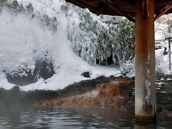 ここの自慢は、宿裏の白土川の渕に作られた自然の露天風呂。雪を愛でながらの入浴も、なかなかですね。 露天風呂は5つあり、3つが混浴で、2つが女性専用。混浴露天風呂は、男性はタオル・女性はバスタオルを身に付けて入浴するシステム。川を塞き止めて作られた露天風呂の開放感は格別です。