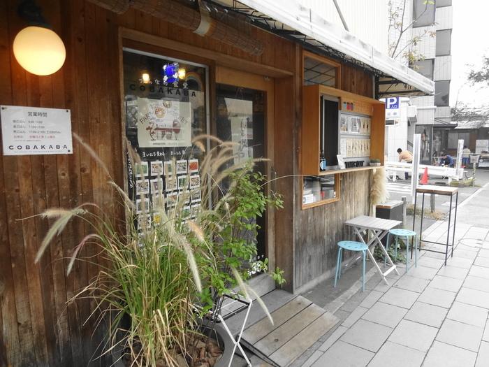 鎌倉連売市場のすぐ近くに位置する「COBAKABA」。朝7時からオープンしているので、朝ごはんも頂くことができる有難くて落ち着ける定食屋カフェなんです。