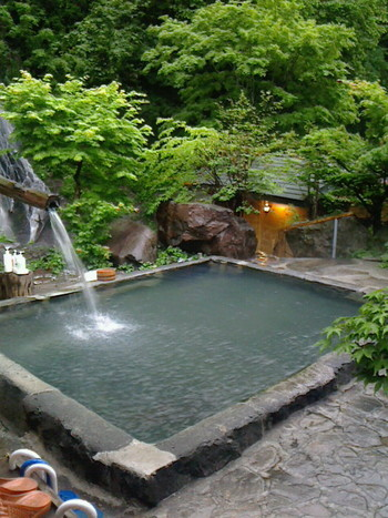 こちらは、昭和4年開業時からの野天風呂「雪見の湯(混浴)」です。風情を感じますね。