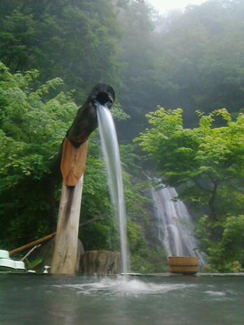 付近の山肌から自然にわき出る温泉を露天風呂に引き込んでいます。野趣溢れる大自然の中で、自然の音や季節の薫りに包まれ、まさに昔のままの仙境ですね。 露天風呂は、「雪見の湯」「滝見の湯」「石楠花の湯」の3つの混浴風呂と、女性専用の「滝見露天風呂 」があり、滝を眺めながら入浴できます。