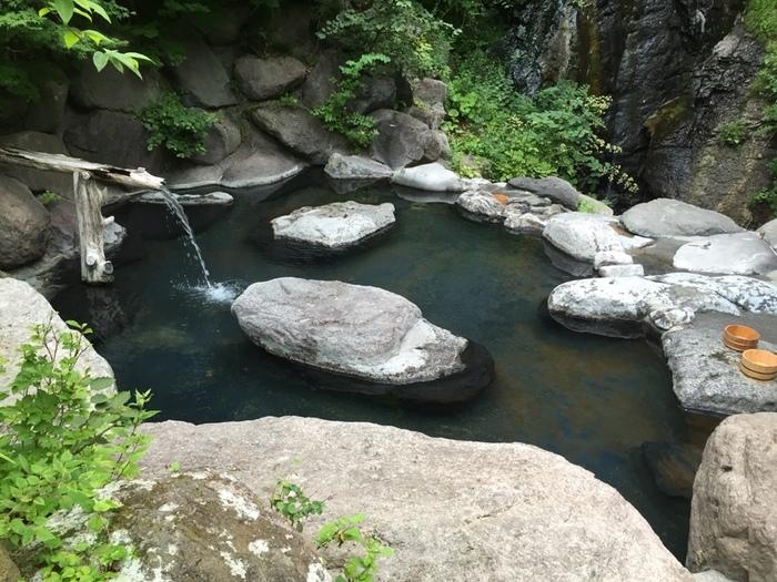 「滝見の湯(混浴)」は、大きな岩で出来たお風呂です。滝を眺めながら、野趣あふれる景観を楽しめます。