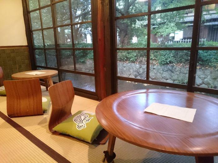 店内は、ゆっくりとくつろげる和室。京都らしい風情を感じることができます。春は桜、秋は紅葉など、四季折々の高瀬川の景色を楽しめます。タイミングが合えば、鴨などの鳥が川でたたずむ姿も見られますよ。