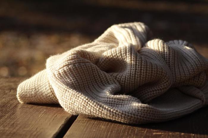 柔らかいので、着ているうちに型崩れしやすかったり、摩擦によって毛玉ができやすかったりするニット。その伸縮性の良さから、間違った洗い方をすると縮んでしまうことも多くあります。