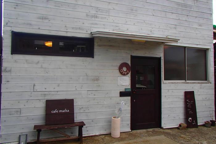 オーナーは、東京から移住した西沢さんご夫妻。2009年の開業当初はカフェで、2014年に焙煎をスタート。「豆を買うだけのご来店、大歓迎です!」(オーナー)。事前に連絡を入れておくと、待つことなく受け取ることができますよ♪