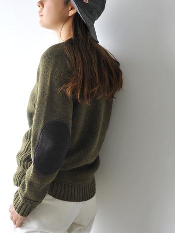 ニットは通気性が良く空気を含みやすいので、温かさを保ってくれます。1本の毛糸を使ってループを作りながら編んでいるため、伸縮性が高くシワになりにくいのが特徴。着心地が良いのも嬉しいポイントですね。