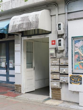 京阪「出町柳駅」から徒歩5分。レトロなビルの2階にKAFE工船があります。店名は、小林多喜二の小説「蟹工船」から名付けられました。