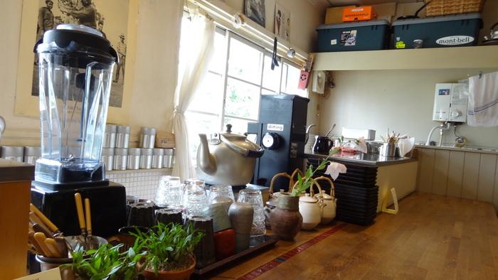 落ち着いた雰囲気の店内には、珈琲にまつわるさまざまな道具が並んでいます。窓からは明るい光が差し込んで、すがすがしい気分で珈琲をいただくことができます。