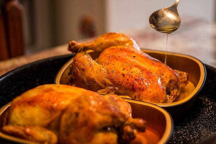 丸焼きにする場合は一般的に、「内臓などが取り除かれた、そのまま調理できるもの」が販売されているので、それを使うのがおすすめ。基本的にはオーブン調理になり手間もかかりますが、できあがったときは食卓が一気に華やかになりますよね♪ お肉を上手に焼き上げることもポイントですが、手作りで楽しみなのは詰め物♪  ・じゃがいもやにんじんなど野菜を細かく刻んだもの ・ピラフやガーリックライスなどのお米  味付けはさまざまですが、鶏肉のくさみをとるため香草をたくさん使うのもポイント。