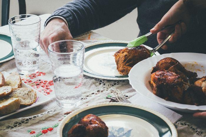 骨付きチキンは、フライパンやトースターなどで手軽に作れるのがいいところ。いくつか違う味で同時につくることもできるので、ちょっと変わったアレンジにするならこちらがおすすめ。手羽元などの小さめタイプで作るのもいいですね♪
