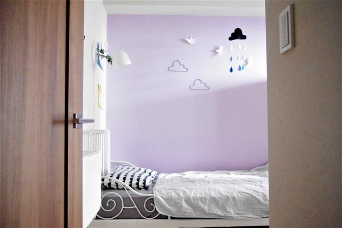 こちらはペイントした壁ですが、子供部屋はこれくらいインパクトのある色を持ってくれば海外の子供部屋のような、雑誌に出てきそうなお部屋に。クロスの場合、艶の少ないマットな質感の物を選べば、よりペイントらしい見た目になりますよ。