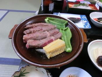 夕食は、ステーキがメインで岩魚の塩焼き、鯉の薫製に煮物など山の幸を使ったメニューです。品数は多くは無いけれどお美味しい物ばかり。〆はお蕎麦です。 注文すれば、岩魚の姿造りや骨酒、鹿の刺身などの特別メニューも味わえます。