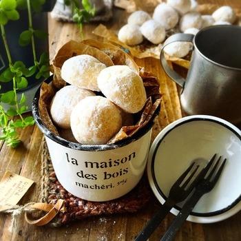 冬の時期に定番の、白くてまるいスーボールはサクサクと軽い触感で人気のクッキー。その名の通り、雪遊びの玉に見立てられたお菓子なのだとか。丸まるとした形は小分けにも便利でちょっとしたプレゼントに最適です。  こちらのレシピは、ポリ袋をつかって練るので生地がまとまりやすくてお手軽♪