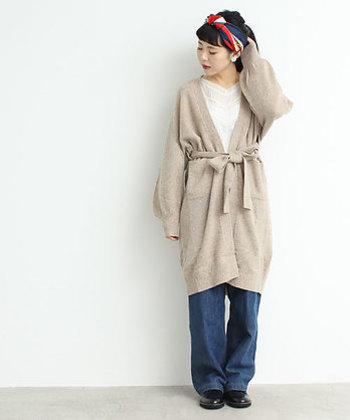 ラフなデニムも大人っぽく見せてくれるカシュクールデザイン。長めの袖も女性らしくてかわいい。