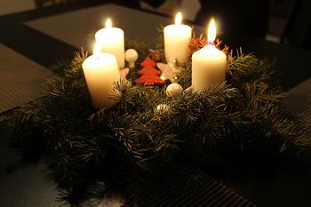 待降節では4本のろうそくを用意し、毎週日曜日に1本ずつ点火してクリスマスを待ち望みます。やわらかなろうそくの灯りに照らされて、家族全員穏やかな気持ちになることができるんです。