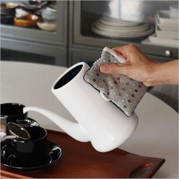 いろいろなハギレを縫い合わせ、ミシン刺繍でキルティングを施したおしゃれな鍋つかみ。くしゃっとたたんでポットの取っ手をつかんだり、鉄のフライパンなどを使うときにも重宝します。