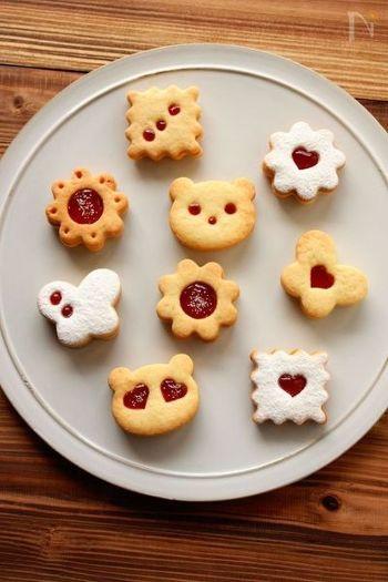 レシピサイトで人気のクッキーを2枚重ねてつくるジャムサンドクッキー。これををアレンジして、いろいろなクリスマス型やジャムの味で楽しんでみるのはいかがでしょうか。プレゼントにぴったりです♪