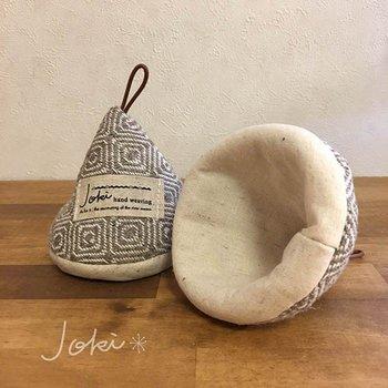 とんがり帽子のようなキュートな鍋つかみ。ほっこりと温かみのある手織り布で作られています。鍋パーティなどでも活躍しますよ。