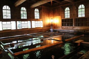 """3つの浴室「法師乃湯」「玉城乃湯」「長寿乃湯」があります。時間帯によって、混浴・男湯・女湯と変わります。コンプリートするならば、スケジュール把握は必須です。  こちら「法師乃湯」は、1895年(明治28)に建築され、国鉄の """"フルムーン"""" ポスター撮影に使われ有名になりました。 基本的に混浴ですが、夕食後 20~22時が女性専用ですのでこの時間入浴を!"""