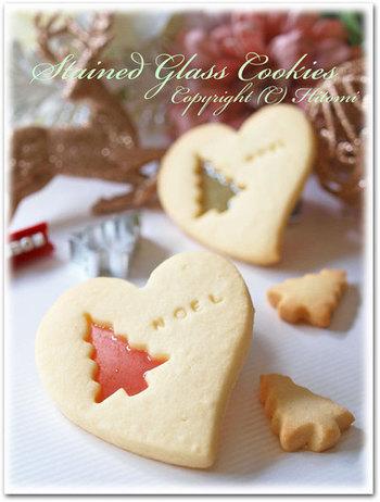 型抜きしたところにキャンディを流し込んで作るステンドグラスクッキー。キラキラとしてクリスマスにぴったりですよね。もちろん、抜いたほうのクッキーも楽しめますよ♪