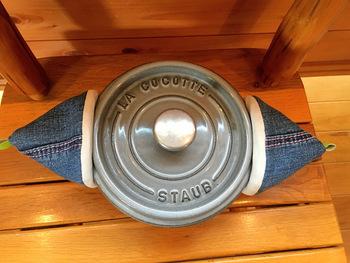 ホーロー鍋の取っ手をこんなふうにつかんで使えます。なんだか、耳当てのようで可愛らしいですね♪