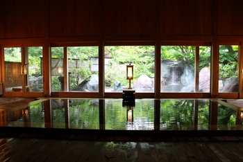 こちら「玉城乃湯」は、総檜造りの内風呂と、開放感のある露天風呂が魅力です。