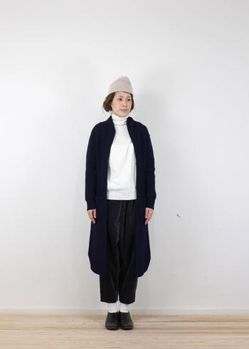 ラフな印象のツートンコーデに長めのコーディガンがベストマッチ。シンプルなニット帽でカジュアルさをプラスして。