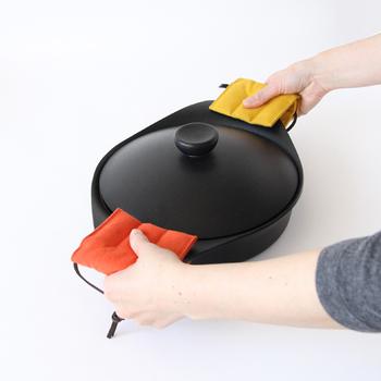 毎日のキッチンライフの中で大活躍してくれる鍋つかみ・ミトン。四角・三角・ミトンと違うデザインのものをそろえておくと、TPOに合わせて使えるので便利ですね。自分でハンドメイドしてみるのも、より愛着がわくのでは?ぜひ、手作りも楽しみましょう。