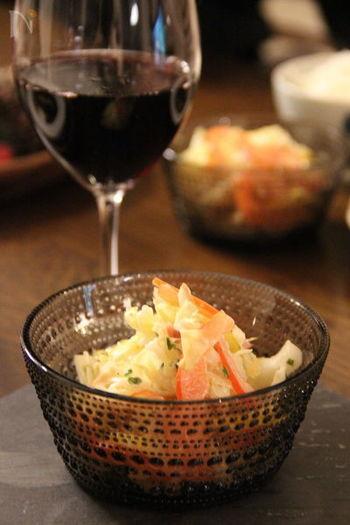 しゃきしゃきの白菜とパプリカ、ベーコンをマヨネーズと塩で味付けしたシンプルなコールスロー。ワインにもよく合う、おしゃれな一品です♪