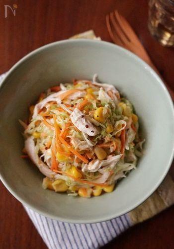 野菜だけでなく、鶏ささみを加えることで食べごたえのあるおかずに。コーンやニンジンで色どりも綺麗!
