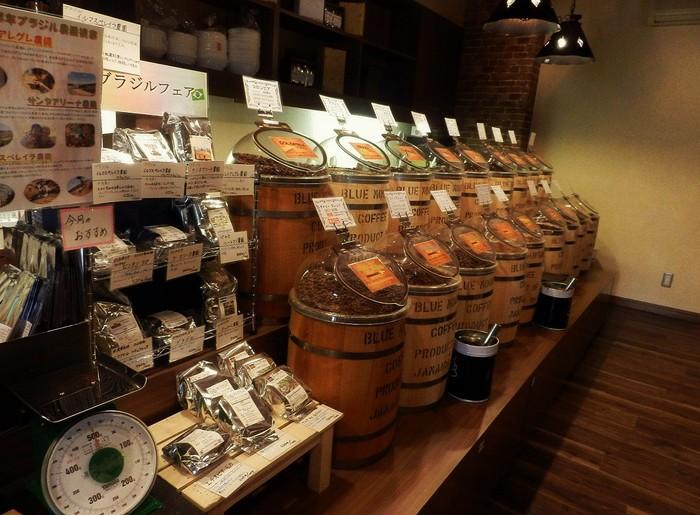 松本電鉄上高地線・渚駅から歩いて7分ほど。 珈琲豆・珈琲器具販売/直営カフェを運営する三澤珈琲は、1970年代に東京から長野県に移り住んだ三澤顕介氏が1983年に開業。本店は塩尻市。松本店は2015年にオープンしました。