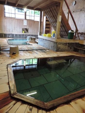沢渡温泉は、古くから強酸性の草津の湯で荒れた肌を整える「仕上げ湯」と呼ばれていました。体の芯まで温まり、肌のしっとり効果や引き締め効果もあると言われています。  こちらの総桧造りの温泉小屋のような珍しいお風呂がレトロな雰囲気で魅力的です。木の橋を渡り、橋の下の木の浴槽も洗い場も檜でつくられています。檜のお風呂は基本は混浴ですが、女性専用時間も設けられています。