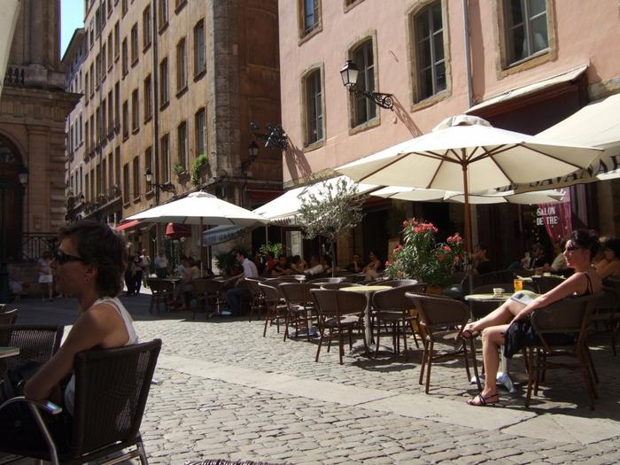 なによりリヨンは、街歩きが楽しい地区。おすすめは、ユネスコ世界遺産にも登録されている旧市街です。なかでもサン・ジャン大司教協会の一帯は、石畳(パヴェ)の細長い通りが迷路のようになっていて歩くのが楽しいですよ。くれぐれも迷子にならないように…。