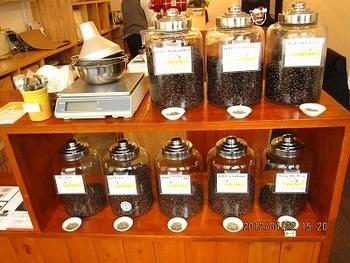 ガラス瓶には豆の解説が記載されています。県内では上田市「Fika」、安曇野市「ひつじ屋」など4店のカフェに豆を提供しているそう。