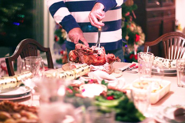 クリスマスディナーは家族や仲の良いお友達と一緒に、手作りのお料理をいただきます。北欧のディナーに欠かせないのはクリスマスハムやグロッグとよばれるホットワイン!たっぷりお料理を用意して、おしゃべりを楽しみます。