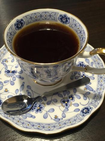 ドリップコーヒーは20種ほど。ナルミボーンチャイナ「ミラノ」をはじめとした上質なカップで提供してくれます。
