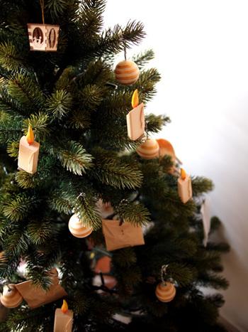 さりげなくクリスマスツリーをアドベントカレンダーの土台として使っています。どこに何日のものがあるのかを探し当てるのもまた楽しいものです。
