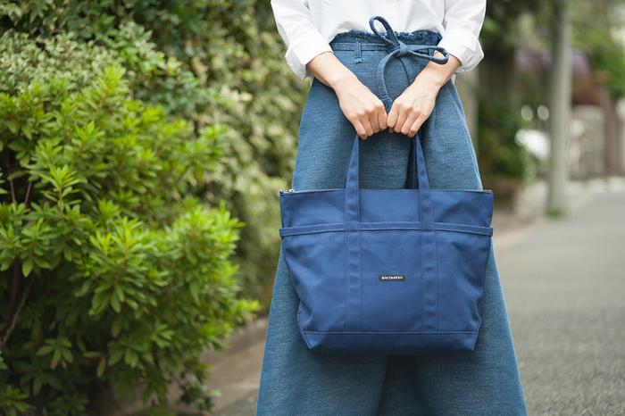 柔らかく軽量かつ、丈夫なコットンキャンバス地を使用した、マリメッコ定番のキャンバスバッグ、UUSI MINI MATKURI。肩にかけられるようにショルダーが長めになっており、A4も余裕で入る使いやすいサイズです。