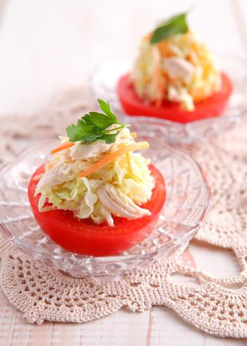 半分に切ったトマトに、常備してあるコールスローを乗せるだけでこんな素敵なサラダに。おもてなしにも喜ばれる一品です。