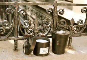 ポプリやキャンドルが収まっているダークな金属の入れ物は「メタルポット」と呼ばれています。こちらは、一点一点モロッコの職人が手作りしているのです。