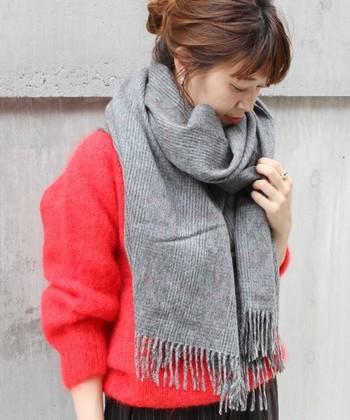 マフラーは防寒用の長方形の暖かい素材で作られたファッションアイテム。カシミヤ、ウール、アクリルと色々な素材がありますが基本的には秋冬に用いられるアイテムです。