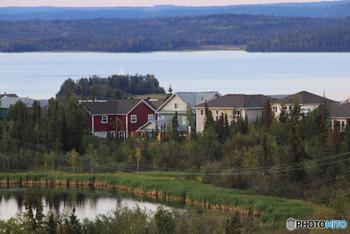 イエローナイフは、カナダ北西部にあるノースウェスト準州の州都。カナダ最北の都市で人口は約2万人ほどですが、3泊するとオーロラが95%の確率で見えるとして、日本人観光客が多く訪れる地です。 イエローナイフ以外にも、カナダにはオーロラを鑑賞できるスポットはいくつもありますが、特にイエローナイフは平原で見晴らしがよく晴天率が高いことから、オーロラの出現率が高くなっているのです。