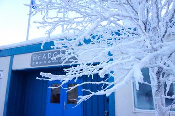 冬の寒さたるや、平地の木々が樹氷になってしまうほど。冬に観光する際は、防寒対策を十分にとってから足を運びましょう◎。