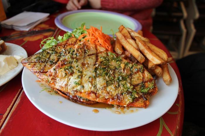 イエローナイフは北極イワナも有名。こちらはこんがり焼いたソテーですが、市内にはお寿司屋さんもあるので、イワナの握りを楽しんでもいいですね。