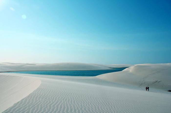 ポルトガル語で「シーツ」という意味を持つレンソイス。真っ白なシーツのような姿から、そう名づけられました。砂丘の砂の成分が、不純物のないほぼ100%石英という白い鉱物で構成されているため、真っ白に輝いて見えるのだそう。心まで洗われていくようなこの遥かなる風景、遠くても一度は訪れてみたいものです。