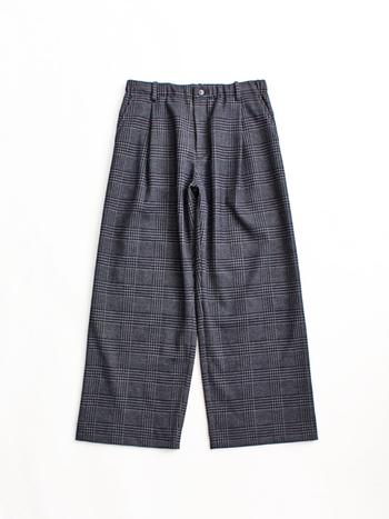 「BLUE BLUE JAPAN(ブルーブルージャパン)」のワイドシルエットパンツは、伸縮性のあるウールジャージ素材なので柔らかな穿き心地。後ろのウエストがゴムになっているので、イージーパンツのようなリラックス感もあります。