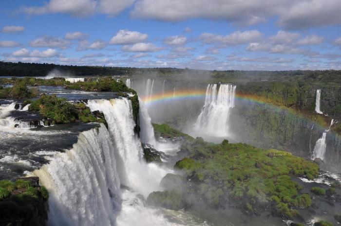 まさに人生観が変わるほどの圧倒的なスケールと、毎秒65,000トンという大量の水が流れ落ちる世界最大級の「イグアスの滝」。イグアスとは、グアラニー語で「大いなる水」という意味を持ちます。