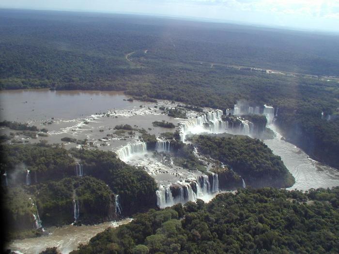 このイグアスの滝国立公園もまた東京都と同じくらいの面積をもつほど広大で、イグアスの滝はブラジルとアルゼンチンにまたがっています。一日目はブラジル側から、二日目はアルゼンチン側から眺めるとまた違った風景が見られるでしょう。